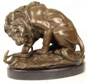 Casa Padrino Luxus Bronze Skulptur Löwe mit Schlange auf Marmorsockel Bronze / Gold / Schwarz 41 x H. 35 cm - Luxus Bronzefigur