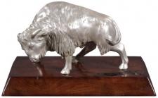 Casa Padrino Luxus Bison Bronzefigur Silber / Braun 35 x 18 x H. 20 cm - Versilberte Deko Figur mit Mahagoni Holzsockel
