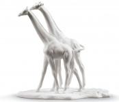 Casa Padrino Luxus Giraffen Figur / Skulptur Weiß 28 x H. 27 cm - Wohnzimmer Dekoration aus Feinstem Spanischen Porzellan