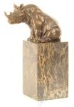 Casa Padrino Luxus Bronze Skulptur sitzendes Nashorn Bronze / Gold / Mehrfarbig 14, 3 x 8 x H. 22 cm - Deko Bronzefigur mit Kunststeinsockel