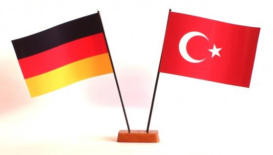 Mini Tischflagge Türkei 9x14 cm Höhe 20 cm mit Gratis-Bonusflagge und Holzsoc...