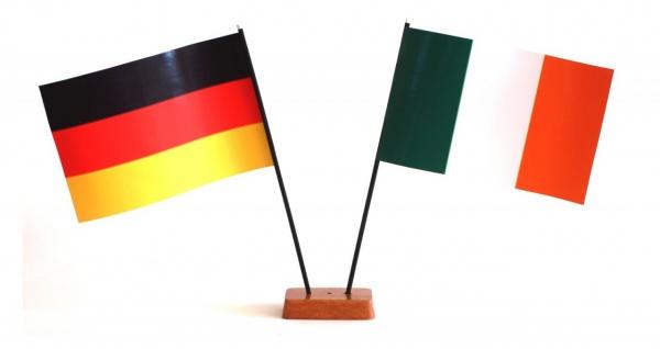Mini Tischflagge Irland 9x14 cm Höhe 20 cm mit Gratis-Bonusflagge und Holzsoc...