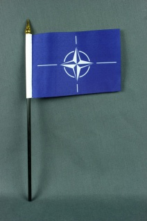 Kleine Tischflagge NATO 10x15 cm optional mit Tischfähnchenständer