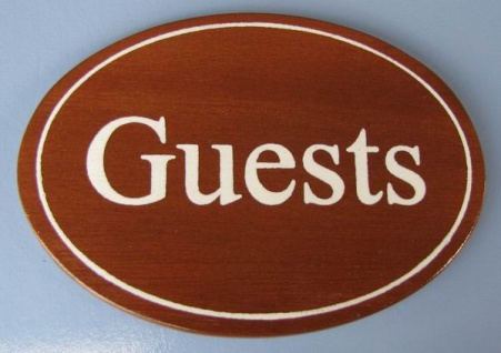 Ovales Holz - Türschild Guests 7x10 cm dunkles Holzschild