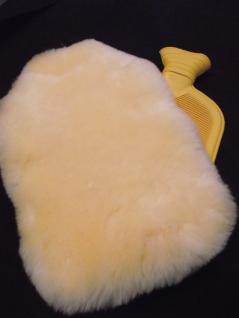 Pure Wohltat - Hochwertige Naturgummi Wärmflasche mit Bezug aus echtem Lammfell