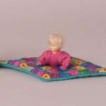 Bodo Hennig 31403 - Baby mit Krabbeldecke