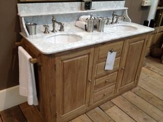 Waschtisch im Landhausstil mit Marmorabdeckplatte und Waschbecken aus Keramik - Vorschau 1
