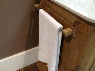 Waschtisch im Landhausstil mit Marmorabdeckplatte und Waschbecken aus Keramik - Vorschau 2