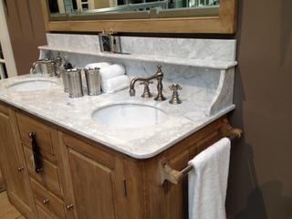 Waschtisch im Landhausstil mit Marmorabdeckplatte und Waschbecken aus Keramik - Vorschau 4