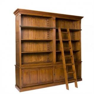Ein klassischer Bücherschrank mit zwei Schiebetüren im Landhausstil