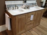 Waschtisch im Landhausstil mit Marmorabdeckplatte und Waschbecken aus Keramik