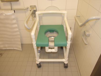 Duschstuhl 150 kg standsicher, über's WC als Toilettensitzerhöhung Rollen Lehnen Profi - Vorschau 3