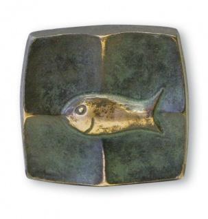 Bronze Plakette Fisch 5 cm grün patiniert in Schmuck-Schatulle
