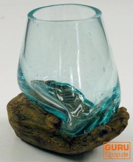 Teelichtglas aus mundgeblasenem Glas auf geöffneter Hand - braun
