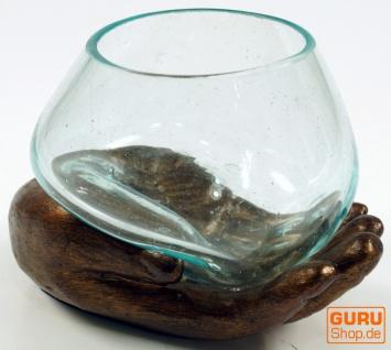 Teelichtglas aus Mundgeblasenem Glas auf geöffneter Hand - bronze