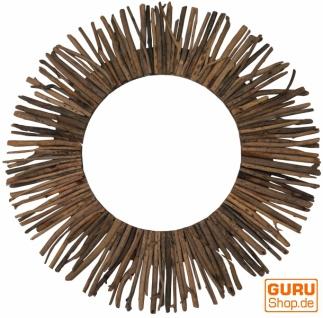 Spiegel mit Treibholzstücken