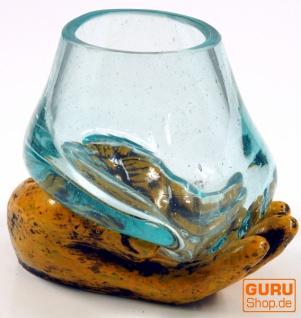 Teelichtglas aus mundgeblasenem Glas auf geöffneter Hand - gelb