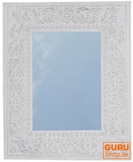 Spiegel mit handgeprägtem Rahmen aus Aluminium - Modell 2 weiß