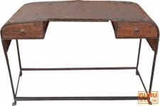 Schreibtisch aus alter Motorhaube