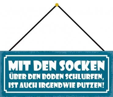 Schatzmix Blechschild Spruch Mit den Socken über den Boden Wanddeko 27x10 cm mit Kordel