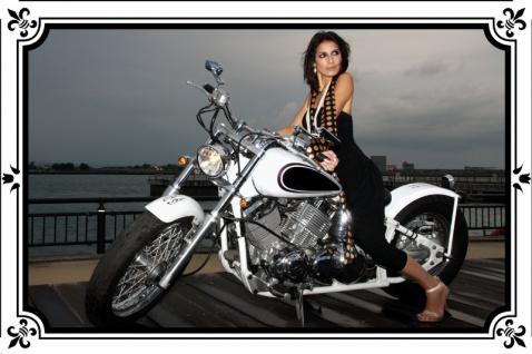 Frau am Motorrad blechschild, motorrad, pin-up, biker retro, brunette