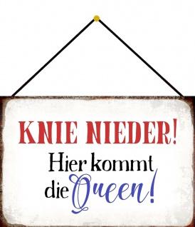 Blechschild Spruch Knie nieder. Hier kommt die Queen Metallschild 20x30 m.Kordel