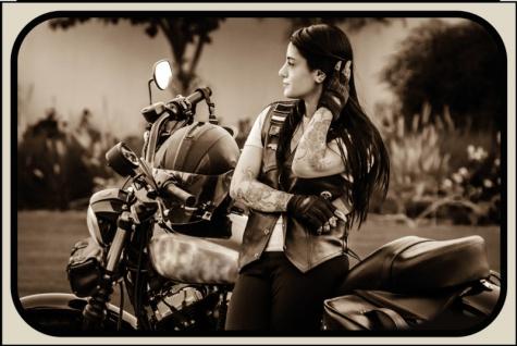 Frau mit Motorrad blechschild, motorrad, pin-up, biker retro, brunette