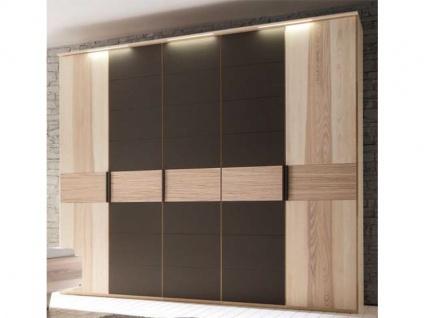 Thielemeyer Mira 4.0 Drehtürenschrank in der Korpus- und Frontausführung Strukturesche Massivholz Absetzungen in Colorglas dunkelbraun. Schrankbreiten wählbar