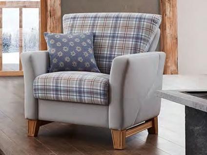 Schröno Polstersessel LECH bequemer zweifarbiger Sessel mit Eiche Echtholzfüßen aus der Kitzalm Kollektion Sitz- & Rückenbezug in einem graublaugemusterten Stoff 65-18-46 der Korpus ist in einem hellgrauen Stoff 65-18-56 bezogen inklusiv einem blauen Kiss