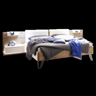Thielemeyer Feel Bettanlage in Lack weiß mit Absetzungen in Wildeiche Massivholz mit Komfort-Liegenbett mit Lackkopfteil 2 Ansatzpaneele mit jeweils einer Ansatzkonsole und 2 Metallablagen optional mit LED-Paneelboden-Beleuchtung und Vollauszug der Schubk