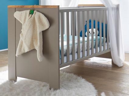 Mäusbacher Tokio Babybett mit breiten Sprossen mit Liegefläche ca. 70x140cm Babybett mit verstellbarem Lattenrost für Babyzimmer oder Kinderzimmer im Dekor Taupe mit Absetzung in Wildeiche geölt Massivholz