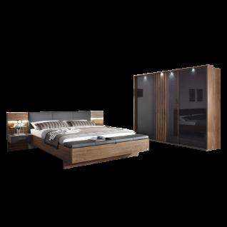 Rauch Packs Mosbach Schlafzimmer 2-teilig bestehend aus Bettanlage mit 2 Paneel-Nachttischen inklusive Beleuchtung sowie Fußbank mit Klappe und großen Schwebetürenschrank mit Glasfront inklusive Passepartout-Rahmen mit Beleuchtung Farbausführung Dekor-Dru