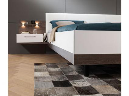 Nolte Möbel Novara Schlafzimmer 4-teilig bestehend aus Schwebetürenschrank 2-türig, Doppelbett Liegefläche wählbar inklusive 2 Nachtschränken in Eiche-Nachbildung dark chocolate mit Absetzung Polarweiß - Vorschau 4