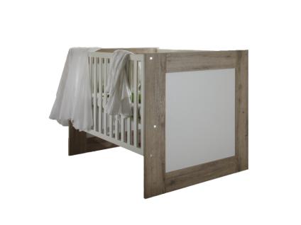 Mäusbacher Lupo Babybett mit breiten Sprossen mit Liegefläche ca. 70x140cm Babybett mit verstellbarem Lattenrost für Babyzimmer oder Kinderzimmer im Dekor Sanremo hell mit Absetzung im Dekor Weiß matt