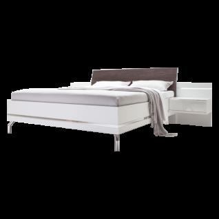 Nolte Möbel Concept Me 500 Bett Ausführung 1 Bettrahmen eckig mit Dekoreinlage in Polarweiß Holz-Kopfteil in Nussbaum-Nachbildung Ristretto mit Aufsatznachttischen und beleuchteten Paneelen in Polarweiss