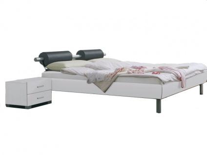 Rauch Select Gala-Plus Bett in Hochglanz weiß mit Metallstangen-Kopfteil in Alufarbe mit 2 Rollen in schwarzer Lederoptik Füße in Komforthöhe alufarben wahlweise mit Nachttischen