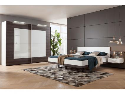 Nolte Möbel Novara Schlafzimmer 4-teilig bestehend aus Schwebetürenschrank 2-türig, Doppelbett Liegefläche wählbar inklusive 2 Nachtschränken in Eiche-Nachbildung dark chocolate mit Absetzung Polarweiß - Vorschau 2