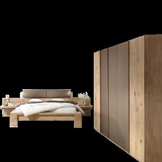 Thielemeyer Isola Schlafzimmer Ausführung Wildeiche Massivholz bestehend aus Komfort-Liegenbett mit Kopfteil in Kunstlederoptik schlamm Liegefläche ca. 180 x 200 cm und 5-türigem Drehtürenschrank mit Parsol-Glastüren optional mit Konsolen und Beleuchtung