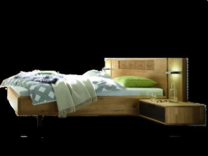 Wöstmann WSM 1600 Bett in der Ausführung Europäische Wildeiche Massivholz mit Hirnholz-Furnier im Kopfteil optional mit Konsolen und Paneelaufsatz mit LED-Vorbaubeleuchtung