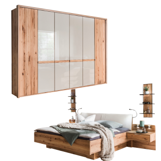 Wiemann Livorno Schlafzimmerset mit Futonbett mit Polsterkopfteil Drehtürenschrank mit Glastüren mittig und Beimöbel in Astkernbuche Teilmassiv