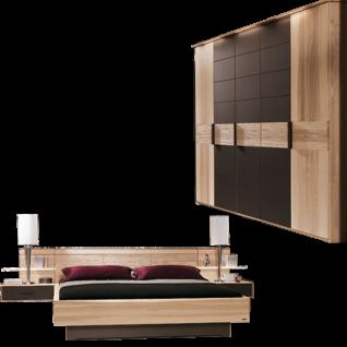 Thielemeyer Mira Schlafzimmer in der Ausführung Strukturesche mit Absetzungen Colorglas dunkelbraun und mit Tiefenstruktur bestehend aus Komfortbett 5-türigem Drehtürenschrank 2 Hängekonsolen optional mit Aufsatzpaneel Bettschubkasten und Kranzbeleuchtung