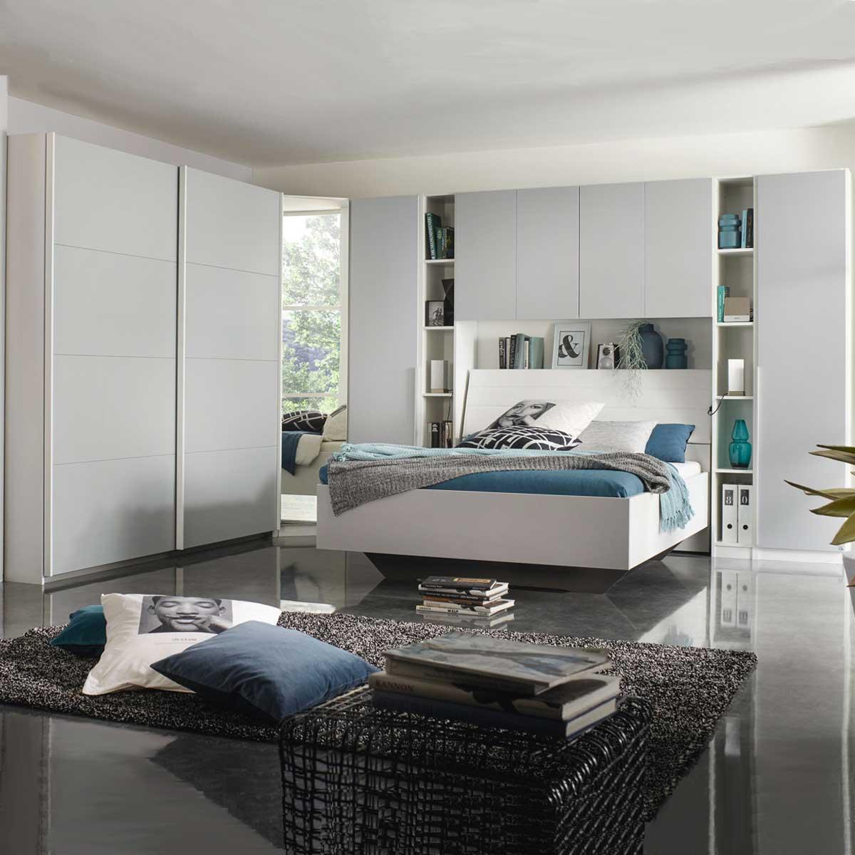 Rauch Packs Memphis Schlafzimmer bestehend aus Eckschrank-Kombination mit  Drehtüren und Schwebetüren und Bettanlage mit Bettüberbau aus Regalen und  ...
