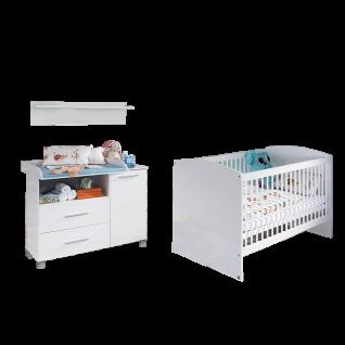 Rauch Packs Manja Babyzimmer 3-teilig bestehend aus Babybett Wickelkommode und Wandboard Farbausführung Hochglanz weiß / alpinweiß optional mit Drehtürenschrank und Regalelement