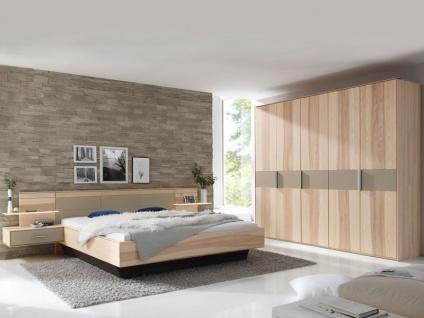 Thielemeyer Mira 4.0 Schlafzimmer in Korpus- und Frontausführung Strukturesche Massivholz Absetzungen in Colorglas taupe. Bestehend aus Komfort- Bett und Kleiderschrank, sowie Nachtkonsolen mit Paneelen, Bettschubkästen optional.
