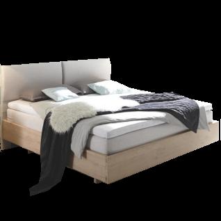 Hasena Oak-Wild-B Bett bestehend aus Bettrahmen Cadro 23-B und Bettfüße Vilo Schwebeoptik in Wildeiche weiß gebürstet geölt sowie Polsterkopfteil Monaco-B in Kabo Calc 630 Liegefläche ca. 180x200 cm