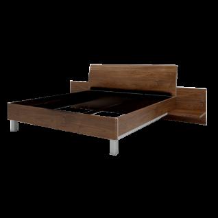Nolte Möbel Concept Me 500 Bett in Ausführung 2 mit gerundetem Bettrahmen in Macadamia-Nussbaum-Nachbildung Dekoreinlage an den Seiten und Füße in alu-matt mit 2 Paneelen mit Ablageboden