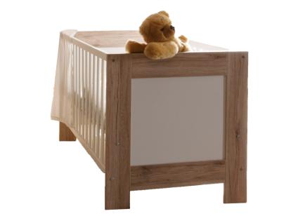 Mäusbacher Twin Babybett mit Liegefläche ca. 70x140cm Babybett mit verstellbarem Lattenrost und 3 Schlupfsprossen für Babyzimmer oder Kinderzimmer im Dekor Sanremo hell mit Absetzung im Dekor Weiß matt Sprossenausführung wählbar