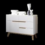 MCA furniture Cervo Kommode 48642WE5 weiß matt lackiert für Wohnzimmer mit 4 Schubkästen 1 Tür Absetzung Asteiche furniertes Massivholz