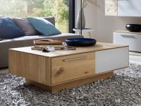 Wöstmann Calleo Couchtisch 9500 Tisch für Wohnzimmer Ausführung in Kernbuche oder Wildeiche Massivholz soft gebürstet mit Mattglas-Akzenten