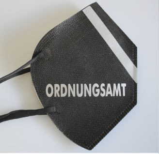 1 FFP2 Maske in Schwarz mit fluoreszierenden Streifen und Print - ORDNUNGSAMT - 15386